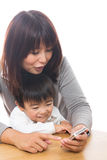 Telefono e genitore e bambino astuti Fotografie Stock
