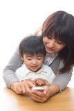 Telefono e genitore e bambino astuti Immagine Stock Libera da Diritti