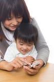Telefono e genitore e bambino astuti Immagini Stock