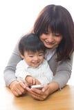 Telefono e genitore e bambino astuti Fotografie Stock Libere da Diritti