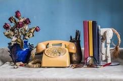 Telefono e lavorare ad una tavola fotografia stock