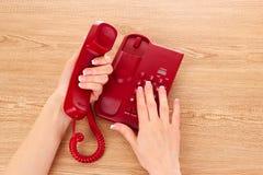 Telefono e mani rossi Immagini Stock Libere da Diritti
