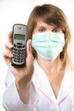 Telefono femminile della holding del medico Immagine Stock