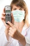 Telefono femminile della holding del medico Fotografie Stock Libere da Diritti