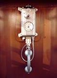 Telefono a gettone retro di stile in una cabina telefonica Immagini Stock Libere da Diritti
