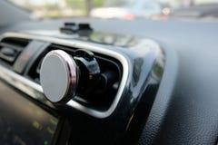 Telefono magnetico nell'automobile Immagine Stock Libera da Diritti