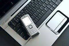 Telefono mobile sopra la tastiera del computer portatile Immagini Stock Libere da Diritti
