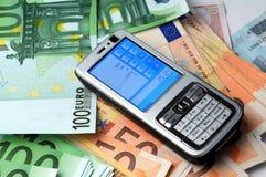 Telefono mobile su soldi Fotografie Stock Libere da Diritti