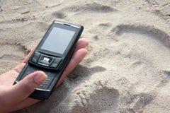 Telefono mobile sulla spiaggia Fotografia Stock Libera da Diritti