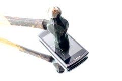Telefono mobile tagliato con un martello Fotografia Stock