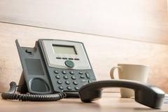 Telefono nero della linea terrestre con il microtelefono fuori linea fotografie stock libere da diritti