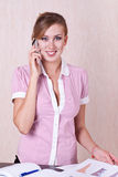 Telefono parlante del gestore della donna Immagine Stock