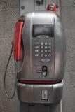 Telefono pubblico con il microtelefono arancio fotografia stock libera da diritti