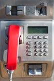 Telefono pubblico con un microtelefono rosso immagine stock libera da diritti