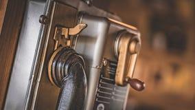 Telefono pubblico della moneta antica dell'inserzione fotografia stock