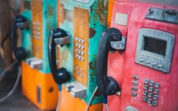 Telefono pubblico della vecchia moneta di lerciume fotografia stock
