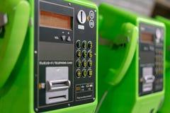 Telefono pubblico di verde della moneta dell'inserzione immagini stock libere da diritti