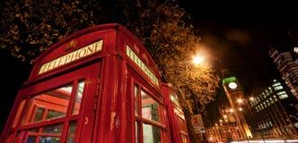 Telefono rosso di Londra entro la notte Fotografie Stock