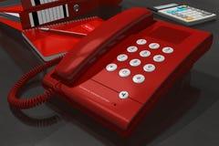 Telefono rosso sulla tabella dell'ufficio royalty illustrazione gratis