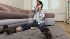 Telefono solo e gridare della tenuta della donna stock footage
