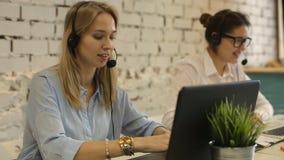 Telefono sorridente dell'operatore della call center della donna del gruppo di servizio di assistenza al cliente archivi video