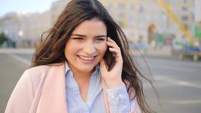 Telefono sorridente di conversazione di affari di stile di vita urbano della donna stock footage
