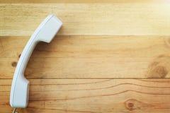Telefono su fondo di legno fotografia stock libera da diritti