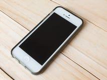 Telefono sul fondo di legno di struttura Immagini Stock Libere da Diritti