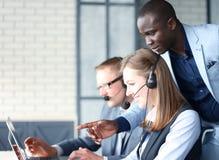 Telefonoperatör som arbetar på call centerkontoret arkivfoto