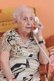 telefonpensionärkvinna Royaltyfri Bild