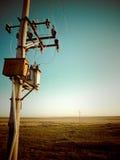 Telefonpol i fält Arkivfoton