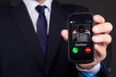 Telefonröveribegreppet - räcka innehavet den smarta telefonen arkivfoto
