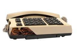 Telefonsamling - kraschad telefon på vit bakgrund Arkivfoto