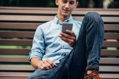 Telefonsucht, Süchtigmann, der Smartphone verwendet lizenzfreie stockfotografie