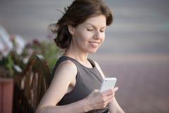 Telefontext der jungen Frau Lese Stockfotos
