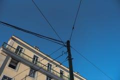 Telefontrådar på polen som förbinder till omgeende byggnad i st Royaltyfri Fotografi