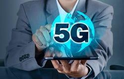 Telefonu 5g ziemi biznesmen trzyma pustą cyfrową pastylkę z mądrze i 5G sieci związkiem łączy na całym świecie kelner rękę zdjęcia stock