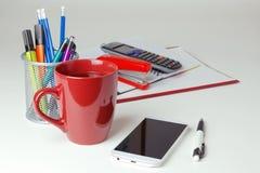 Telefonu komórkowego i biura rzeczy na białym tabletop pojęcia prowadzenia domu posiadanie klucza złoty sięgający niebo Obrazy Royalty Free