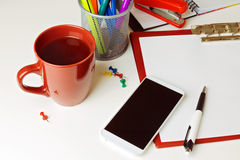 Telefonu komórkowego, kawy i biura rzeczy na białym tabletop, pojęcia prowadzenia domu posiadanie klucza złoty sięgający niebo Obraz Stock