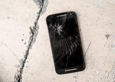 Telefonu komórkowego przyrząd drapający i łamający krekingowy dotyka ekran porzucający na ulica betonu ziemi w naprawie i dylemat Zdjęcie Stock