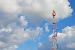 Telefonu komórkowego radia tv anteny komórkowy telekomunikacyjny wierza przeciw niebieskiemu niebu Zdjęcia Royalty Free