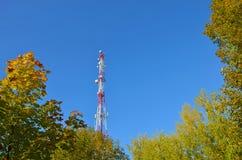 Telefonu komórkowego radia tv komunikacyjny wierza, maszt, komórki mikrofali anteny i nadajnik przeciw drzewom i niebieskiemu nie obraz stock