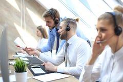 Telefonu operator pracuje przy centrum telefoniczne ksyka biurowym pomaga koleg? fotografia stock