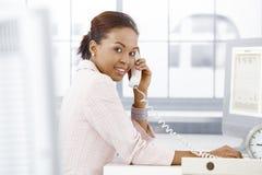 telefonu szczęśliwy biurowy pracownik Zdjęcia Royalty Free