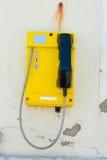 Telefonuppsättning som monteras på en förfallen vägg Arkivfoto