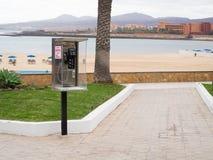 Telefonzelle auf dem Strand Stockfotografie