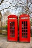 Telefonzelle mit zwei Rottönen, London, Großbritannien. Stockfotografie