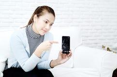 Telefoon die in de handen van vrouwen gebroken is royalty-vrije stock afbeeldingen