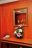 Telefoon en bloemen op een lijst Stock Foto
