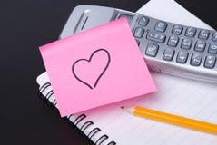 Telefoon en de roze post-it van het HART Stock Foto